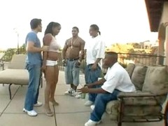 Black chick shakes her ass outdoors for dudes